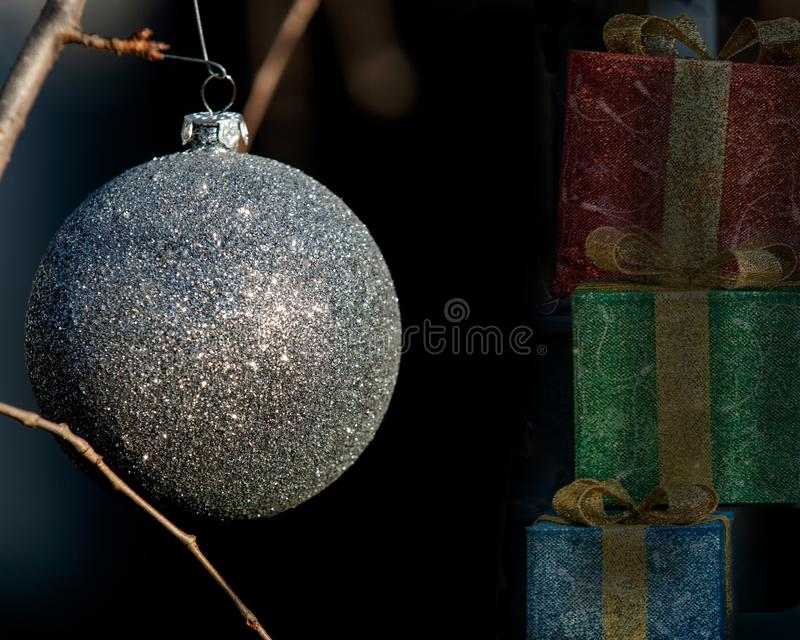 Het openluchtconcept van de de Wintervakantie: Ornamentdecoratie in de vorm van Ballen van de Kerstmis de Uitstekende Boom stock foto
