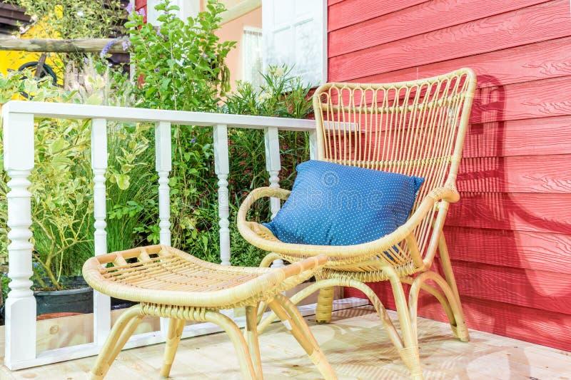 Het openluchtgebied van de terrasplaatsing binnenshuis met aardige rotanlijst royalty-vrije stock foto's