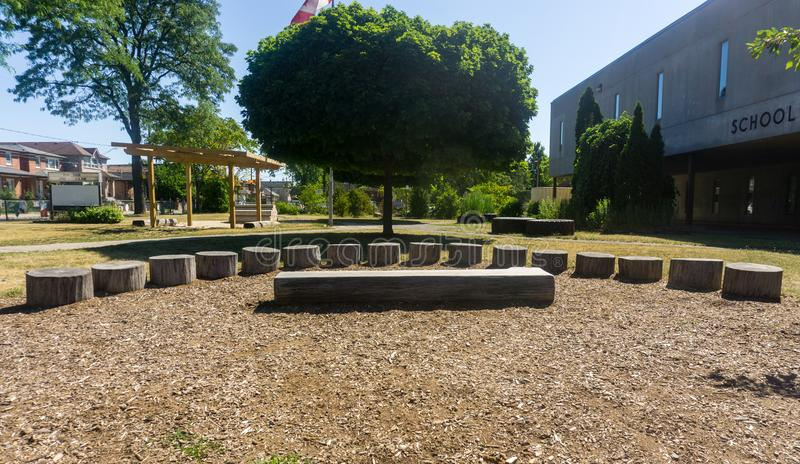 Het openluchtklaslokaal op school zet amphitheatre klassenstadium aan de grond tre stock afbeeldingen