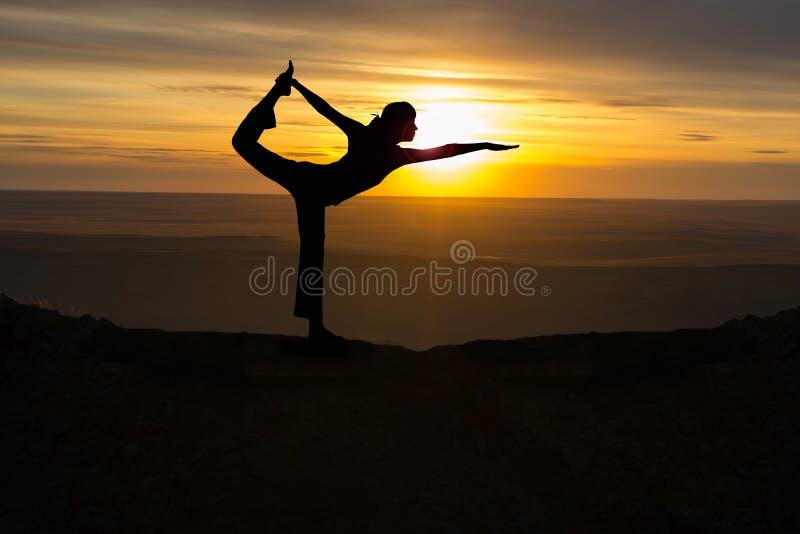 Het openluchtmeisje van de zonsopgangyoga stock foto