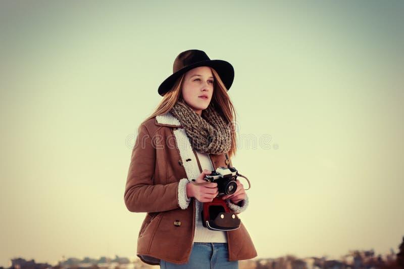 Het openluchtportret van de de winterlevensstijl van mooie blondevrouw met retro camera royalty-vrije stock afbeelding