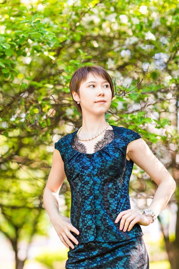 Het openluchtportret van het de lentemeisje in bloeiende bomen Schoonheids Romantische vrouw in bloemen Sensuele dame Mooie vrouw royalty-vrije stock afbeelding