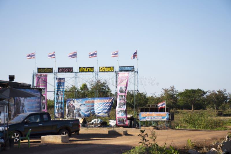 Het openluchttheater van bioskoopfilms voor maakt het votive aanbieden of koopt een gelofte aan een god in Wat Pa Kham Chanod in  stock afbeeldingen