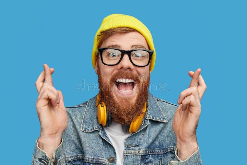 Het opgewekte hipster wensen om loterij te winnen royalty-vrije stock foto
