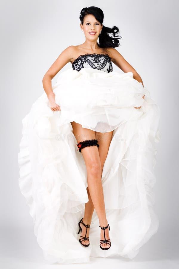 Het opgewekte jonge mooie bruid springen royalty-vrije stock foto