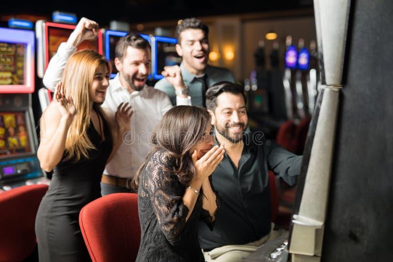 Het opgewekte vrouw winnen in een casino royalty-vrije stock foto's