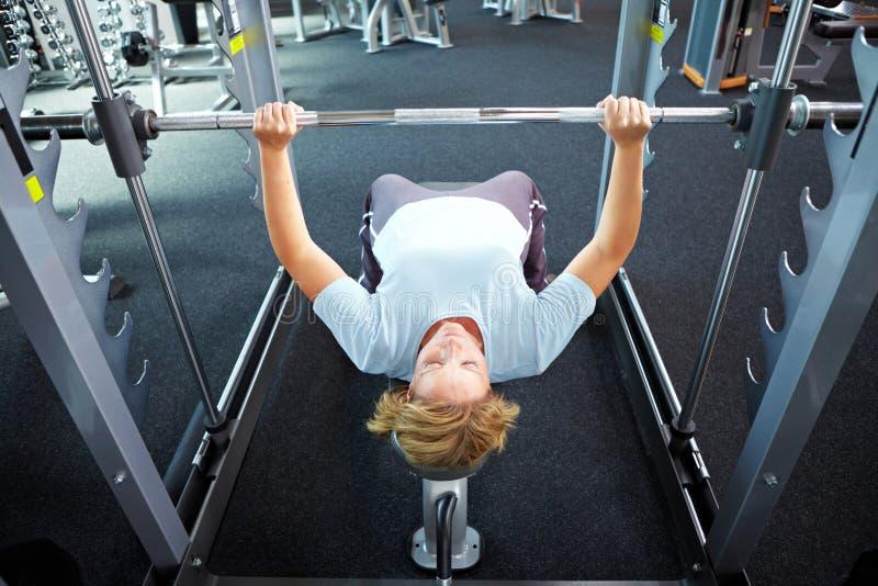 Het opheffen gewichten in gymnastiek stock afbeelding