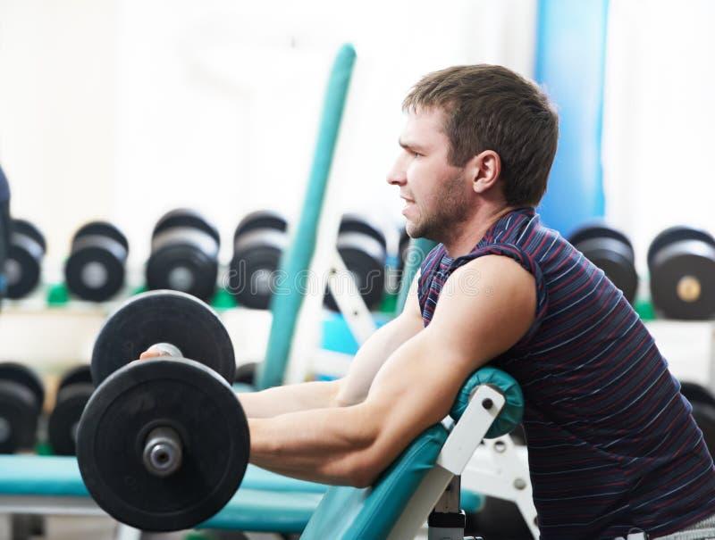 Het opheffen van de bodybuilder gewicht bij sportgymnastiek royalty-vrije stock afbeeldingen