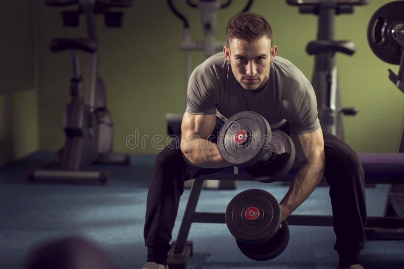 Het opheffen van de mens gewichten stock foto