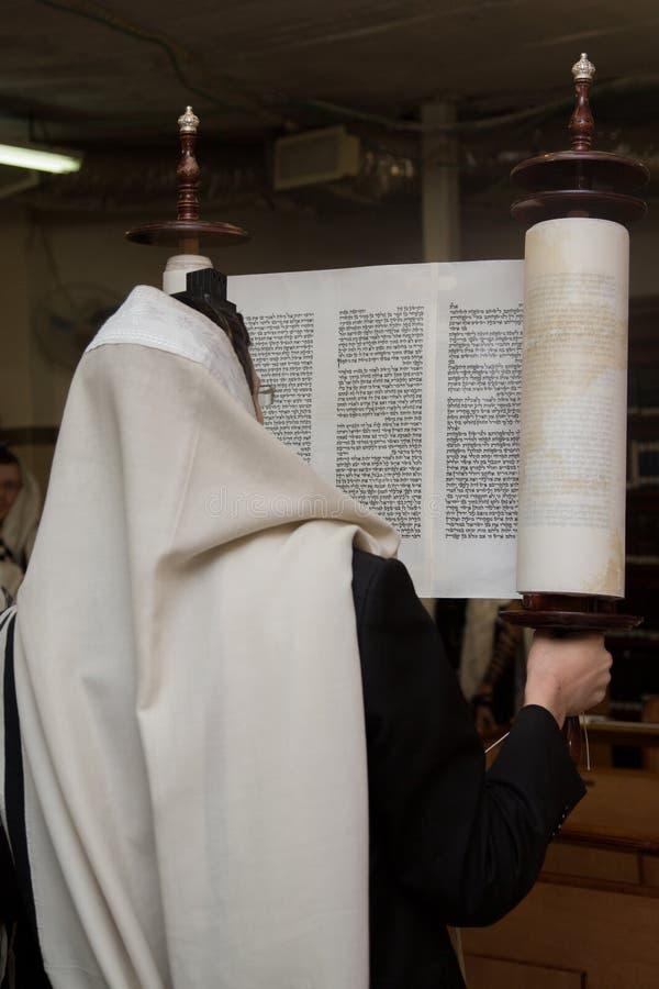 Het opheffen van de Torah-rol royalty-vrije stock fotografie