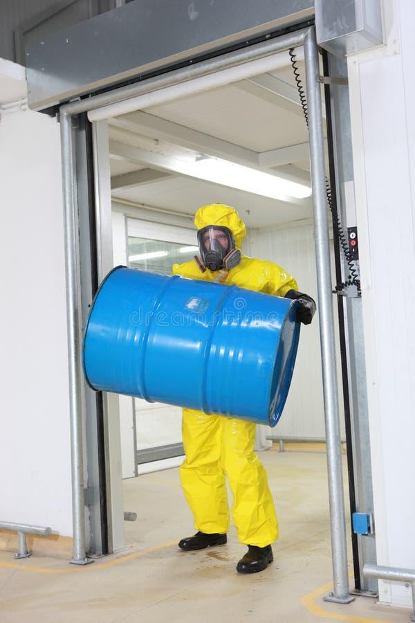 Het opheffende vat van de arbeider van giftige substantie stock afbeeldingen
