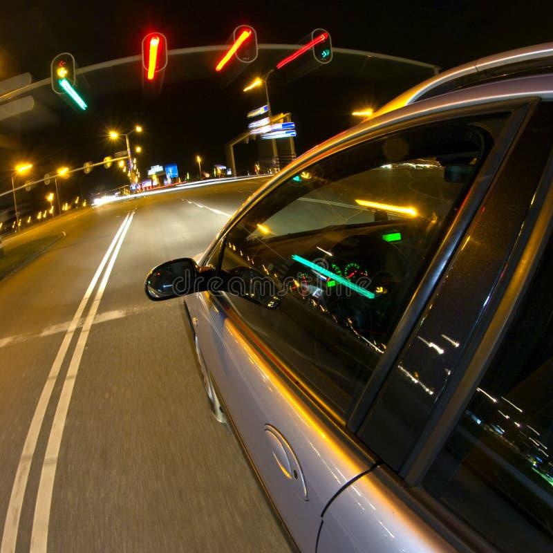 Het ophouden bij de verkeerslichten stock afbeelding