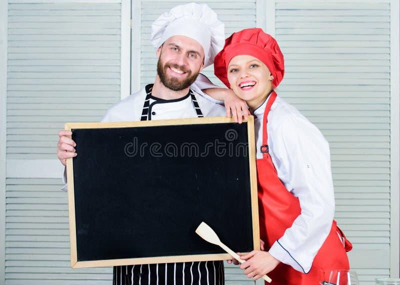 Het opleiden van culinaire beroeps Chef-kok en kokhelper die hoofdklasse onderwijzen Hoofdkok en prep kok die het koken geven stock afbeeldingen