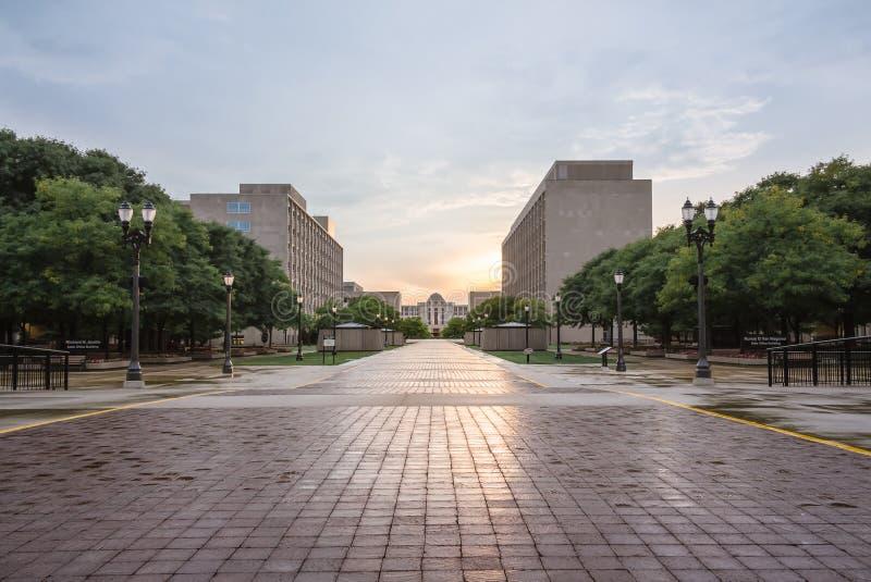 Het opperste hof van Lansing Michigan bij zonsondergang met een bezinning door de stad stock foto's