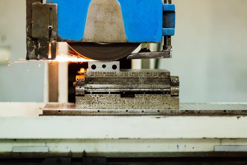 Het oppoetsen oppervlakte van metaal in fabriek royalty-vrije stock fotografie
