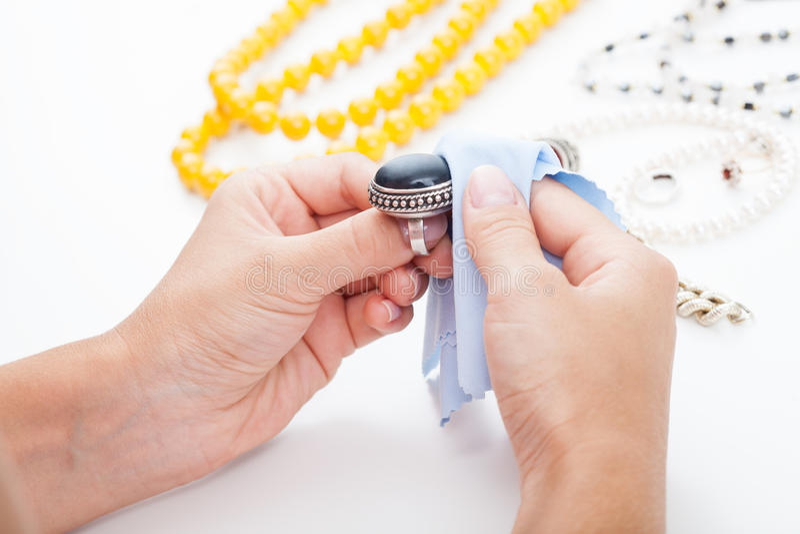 Het oppoetsen van zilveren juwelen met een doek royalty-vrije stock foto's
