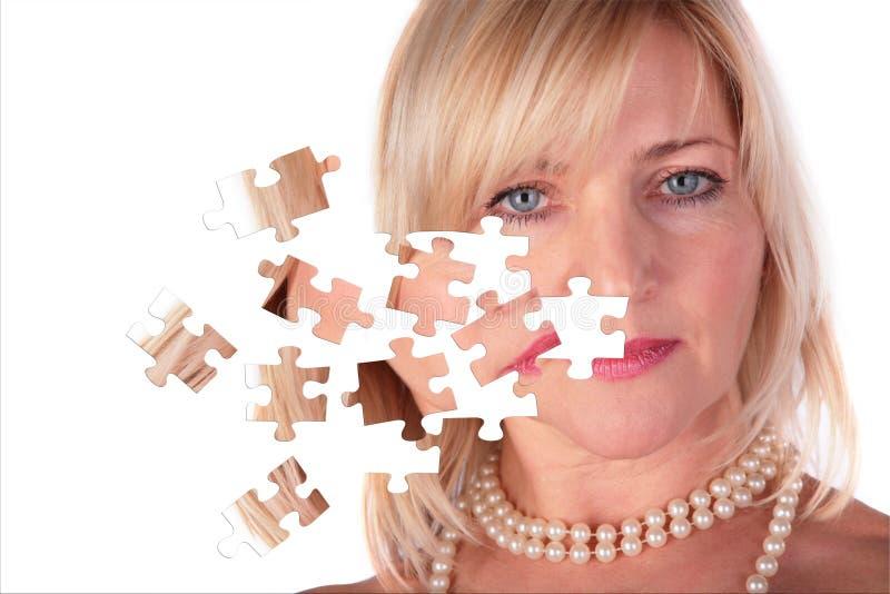 Het Opstijgen Van Raadsel Van Gezicht Van Vrouw Op Middelbare Leeftijd Stock Afbeelding
