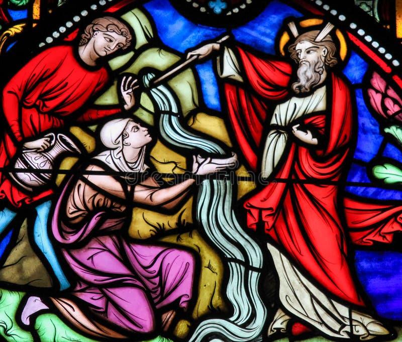 Het opvallende Water van Mozes van de Rots - Gebrandschilderd glas royalty-vrije stock afbeelding