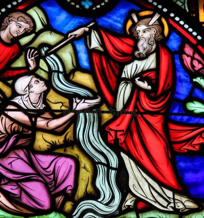 Het opvallende Water van Mozes van de Rots - Gebrandschilderd glas stock afbeeldingen