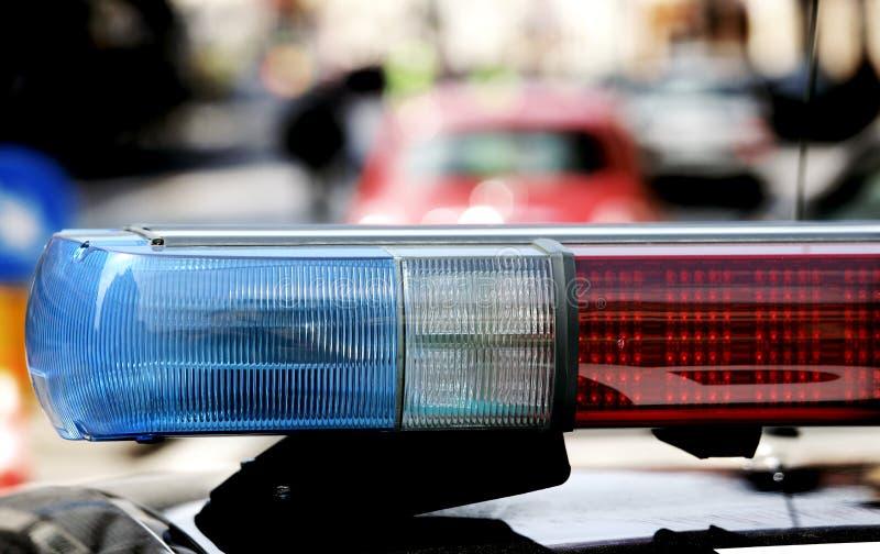 Het opvlammen en sirene van de politiewagen bij de controlepost stock foto's