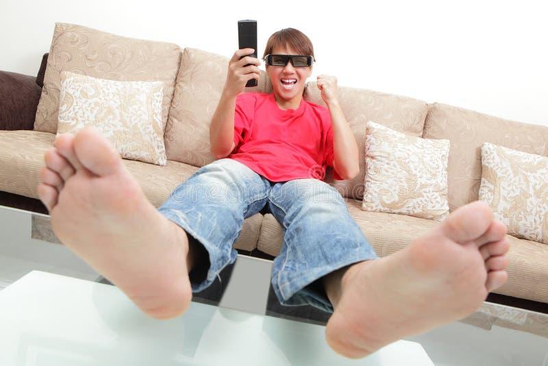 Het opwekken van 3D LCD van het jonge mensenhorloge TV met oogglas royalty-vrije stock fotografie