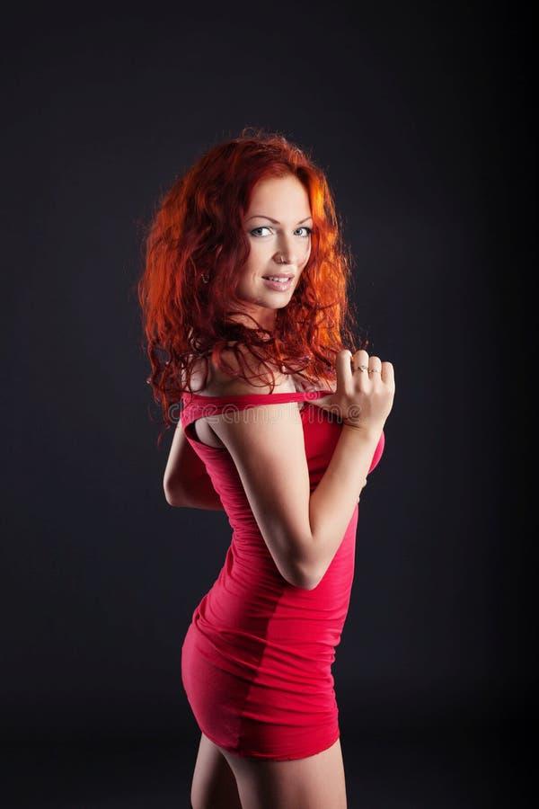 Het opwekken van roodharige vrouw die camera bekijken royalty-vrije stock afbeelding