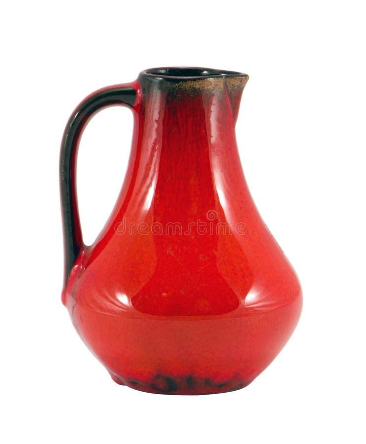 Het oranje handvat van de kleiwaterkruik dat op wit wordt geïsoleerde stock afbeelding