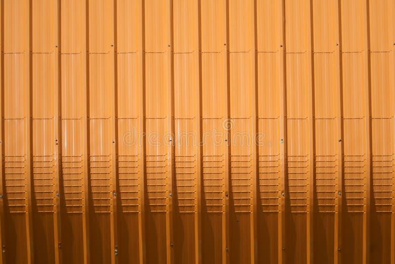 het oranje patroon van het metaalblad en verticaal lijnontwerp royalty-vrije stock fotografie