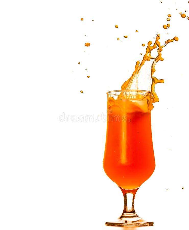Het oranje tropische de cocktail van het orkaanglas bespatten geïsoleerd op wit stock fotografie