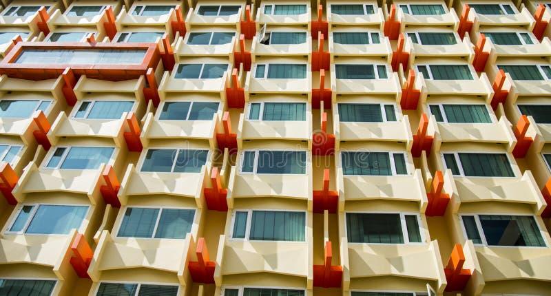 Het Oranje Vensterflatgebouw met koopflats pattern1 stock foto