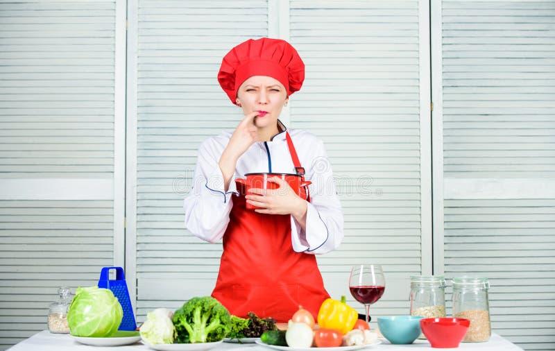 het organische eten en vegetari?r Huisvrouw Het diner van het huwelijk met gerookt broodjesvlees en tomaten dieting vrouw in kokh stock foto