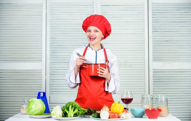 het organische eten en vegetari?r Huisvrouw gelukkige vrouw die gezond voedsel koken door recept Professionele chef-kok in keuken stock fotografie