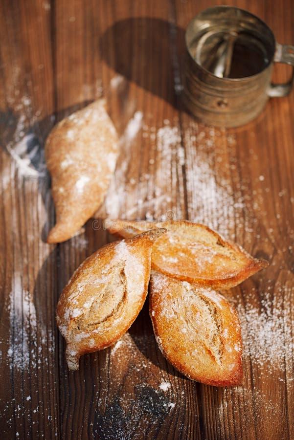 Het organische gemaakte huis van het zuurdesembrood stock afbeeldingen