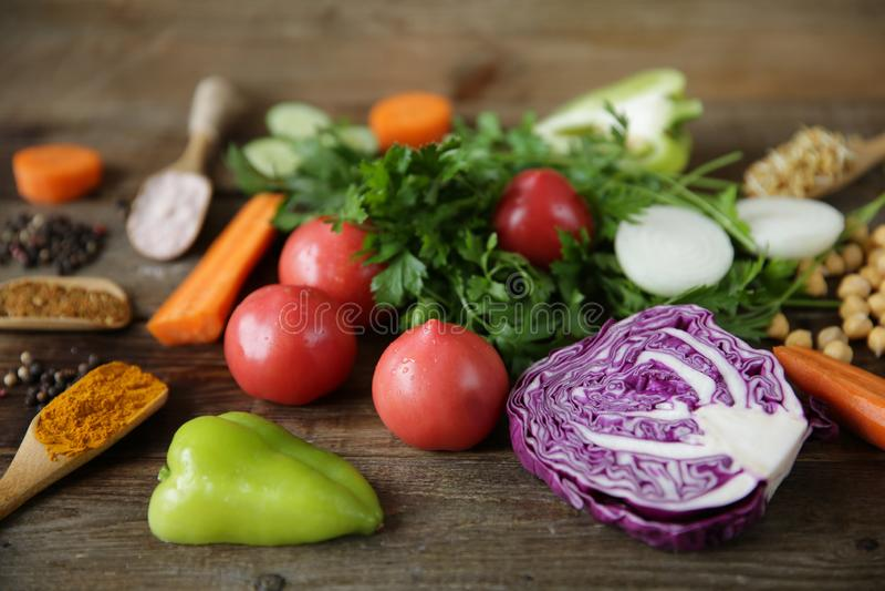 Het organische gezonde voedsel, verse groenten, greens, ontsproot de zaden en de kekers van de fenegriekboon en andere kruiden op royalty-vrije stock afbeeldingen