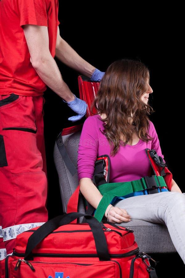 Het organiseren van vervoer voor verwonde vrouw royalty-vrije stock afbeelding