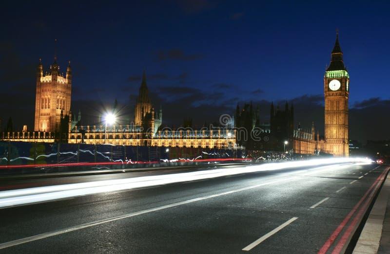 Het oriëntatiepunt van Londen en stadsverkeer bij nacht stock foto's