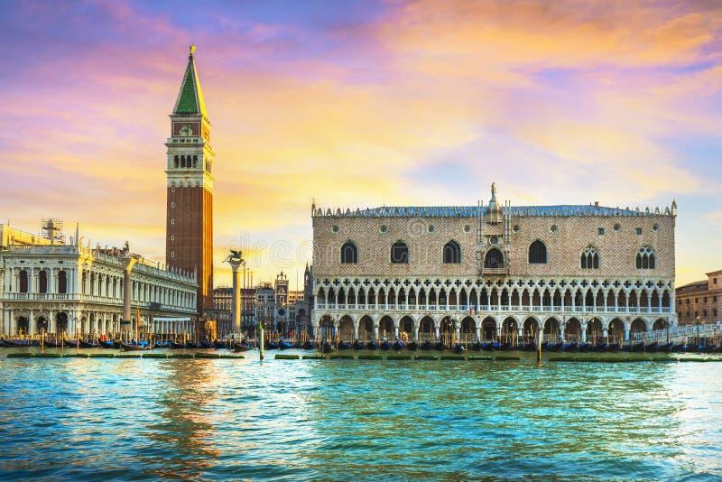 Het oriëntatiepunt van Venetië bij dageraad, Piazza San Marco met Campanile en Dogepaleis Italië royalty-vrije stock foto's