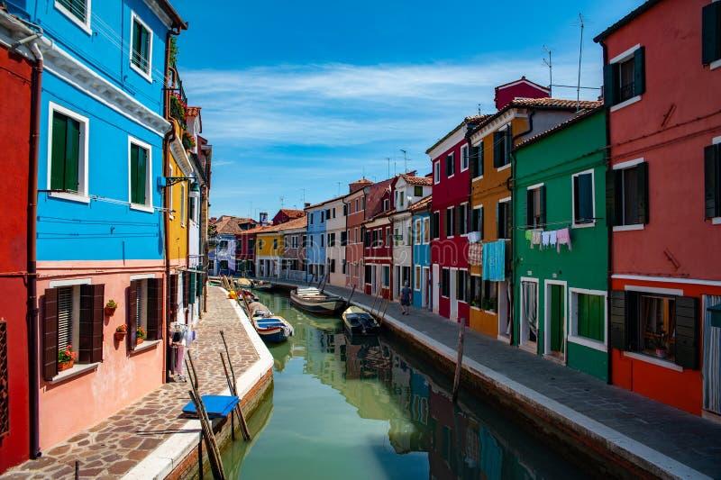 Het oriëntatiepunt van Venetië, Burano-eilandkanaal, kleurrijke huizen en boten stock afbeeldingen