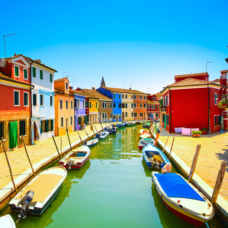 Het oriëntatiepunt van Venetië, Burano-eilandkanaal, kleurrijke huizen en boten, stock foto
