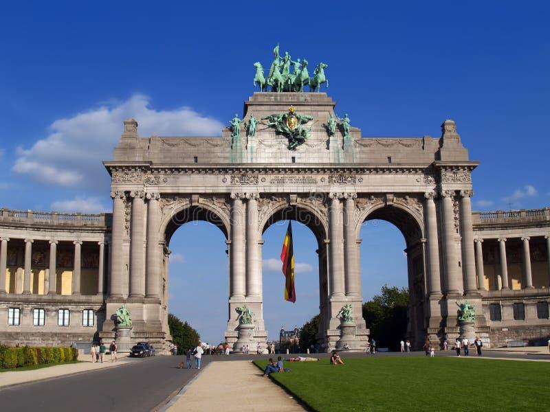 Het oriëntatiepuntboog van Brussel met mensen stock foto's