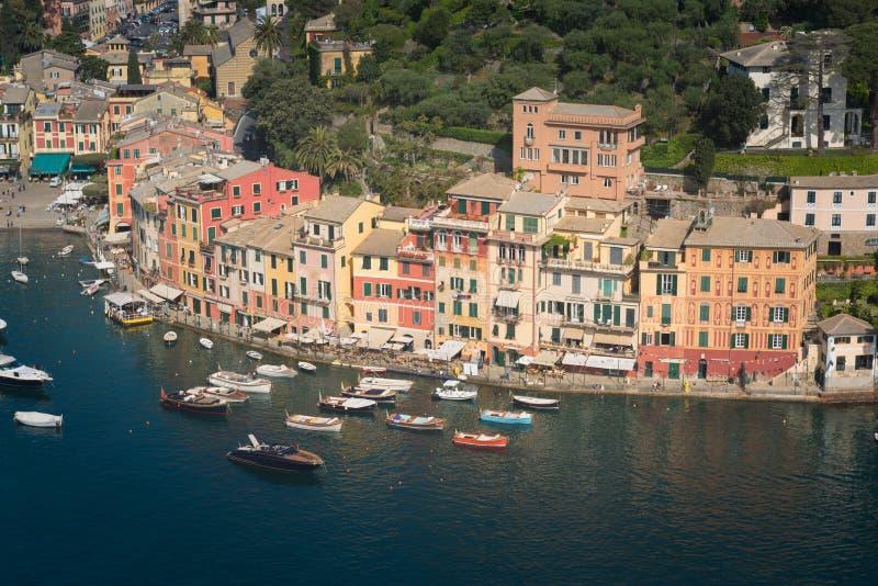 Het oriëntatiepuntpanorama van de Portofinoluxe Dorp en jacht in weinig baaihaven Ligurië stock afbeelding