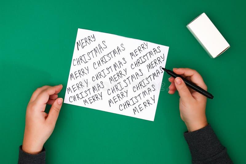 Het originele die ontwerp van een Kerstmisgift van Witboek met met de hand geschreven die teksten wordt gemaakt met een teller wo royalty-vrije stock fotografie