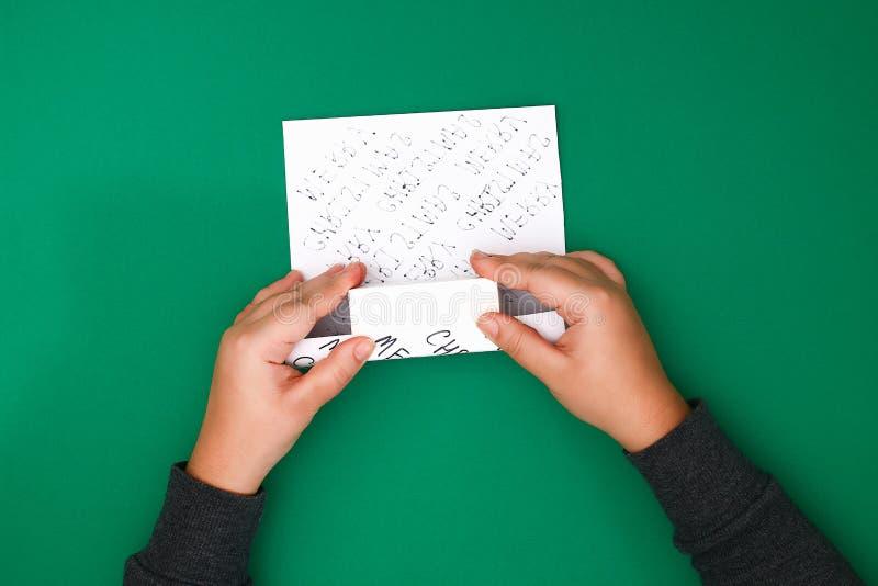 Het originele die ontwerp van een Kerstmisgift van Witboek met met de hand geschreven die teksten wordt gemaakt met een teller wo stock foto