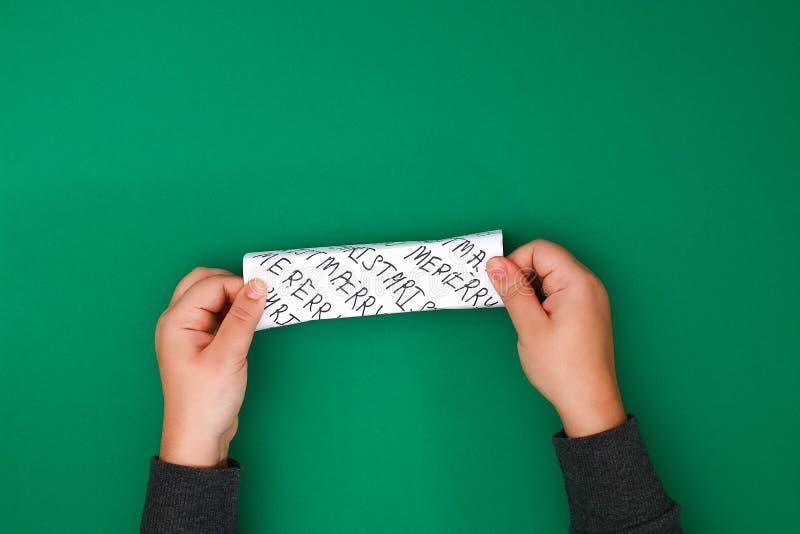 Het originele die ontwerp van een Kerstmisgift van Witboek met met de hand geschreven die teksten wordt gemaakt met een teller wo stock fotografie