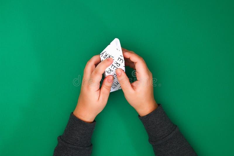 Het originele die ontwerp van een Kerstmisgift van Witboek met met de hand geschreven die teksten wordt gemaakt met een teller wo royalty-vrije stock foto