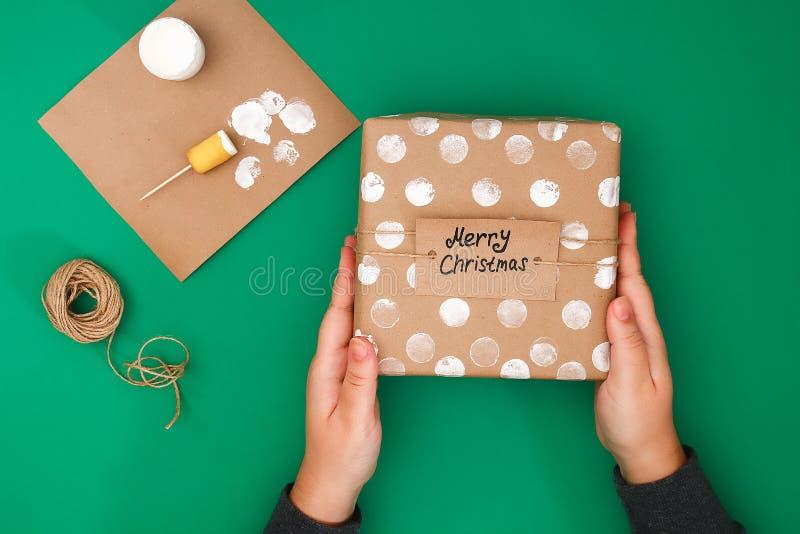 Het originele ontwerp van een Kerstmisgift van ambachtdocument, witte verf, een zegel van aardappels Stap voor stap op de foto Me stock foto's