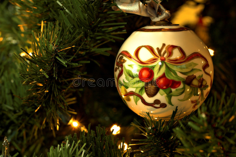 Het ornament van de kerstboom op boom stock afbeeldingen
