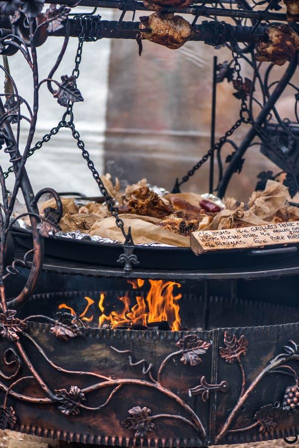 Het ornament van het wijnstokbrons op metaal, kampvuur royalty-vrije stock afbeeldingen