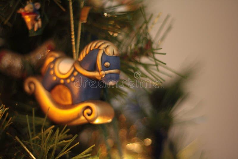 Het ornament van het Kerstmishobbelpaard, met copyspace stock fotografie