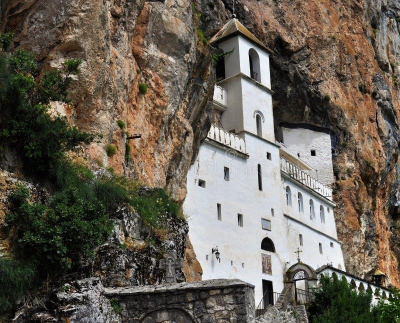 Het Ostrog-klooster door rots wordt omringd - vallei van Bjelopavlici die royalty-vrije stock foto's